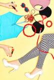 Προκλητικά λεπτά πόδια γυναίκας με το σύνολο μοντέρνου Στοκ Εικόνα