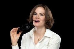 Προκλητικά θηλυκά πρότυπα άσπρα γυαλιά ηλίου δαγκώματος πουκάμισων Στοκ φωτογραφία με δικαίωμα ελεύθερης χρήσης