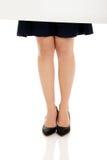 Προκλητικά θηλυκά πόδια και κενό έμβλημα Στοκ Εικόνες