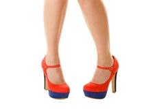 Προκλητικά θηλυκά πόδια στα υψηλά τακούνια που απομονώνονται το σώμα ανασκόπησης μωρών δίνει λίγα πέρα από το λευκό μερών Στοκ Εικόνα