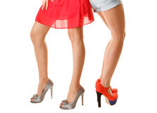 Προκλητικά θηλυκά πόδια στα υψηλά τακούνια που απομονώνονται το σώμα ανασκόπησης μωρών δίνει λίγα πέρα από το λευκό μερών Στοκ Εικόνες