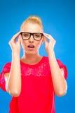 Προκλητικά και έξυπνα γυαλιά εκμετάλλευσης κοριτσιών. Στοκ εικόνα με δικαίωμα ελεύθερης χρήσης