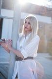 Προκλητικά ξανθά μαύρα σορτς ένδυσης γυναικών και μακρύ άσπρο πουκάμισο Στοκ φωτογραφία με δικαίωμα ελεύθερης χρήσης