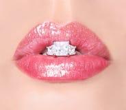 Προκλητικά χείλια με το δαχτυλίδι διαμαντιών. Το ρόδινο χείλι ομορφιάς σχολιάζει. Στόμα Στοκ φωτογραφία με δικαίωμα ελεύθερης χρήσης