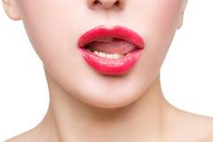 Προκλητικά όμορφα κόκκινα χείλια που απομονώνονται στο λευκό στοκ φωτογραφία με δικαίωμα ελεύθερης χρήσης