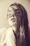 Προκλητικά blondes με την υγρή άσπρη τρίχα Στοκ Εικόνες