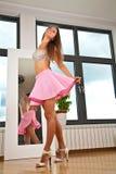 Προκλητικές γυναίκες που φορούν τις μίνι φούστες Στοκ εικόνες με δικαίωμα ελεύθερης χρήσης