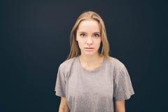 Προκλητικές γυναίκες, στούντιο πορτρέτου ομορφιάς η γυναίκα απομονώνει το μαύρο υπόβαθρο Στοκ Εικόνα