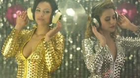 2 προκλητικές γυναίκες του DJ κομμάτων απόθεμα βίντεο
