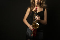 Προκλητικές ελκυστικές γυναίκες με το saxophone Στοκ φωτογραφία με δικαίωμα ελεύθερης χρήσης