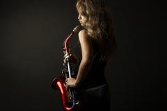 Προκλητικές ελκυστικές γυναίκες με το saxophone Στοκ Φωτογραφίες