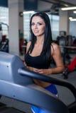 Προκλητικές κατάλληλες γυναίκες που τρέχουν treadmills στη σύγχρονη γυμναστική Υγιή νέα νέα κορίτσια που κάνουν την τρέχοντας άσκ στοκ φωτογραφίες