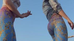Προκλητικές νέες γυναίκες που τινάζουν τη λεία απόθεμα βίντεο