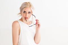Προκλητική βέβαια νέα γυναίκα με τα γυαλιά ηλίου Στοκ εικόνα με δικαίωμα ελεύθερης χρήσης