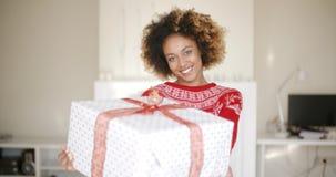 Προκλητική γυναίκα αφροαμερικάνων με το δώρο Χριστουγέννων φιλμ μικρού μήκους