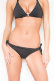 Προκλητική γυναίκα μαυρίσματος στο μπικίνι που παρουσιάζει στο καλοκαίρι καυτό κατάλληλο σώμα Τέλεια κατάλληλη curvacious BOD Στοκ Εικόνα