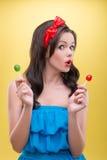 Προκλητική γυναίκα με τα γλυκά Στοκ Εικόνες