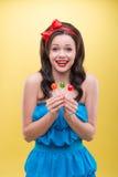 Προκλητική γυναίκα με τα γλυκά Στοκ Εικόνα