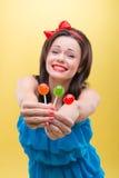 Προκλητική γυναίκα με τα γλυκά Στοκ Φωτογραφία