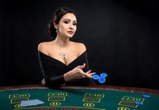 Προκλητική γυναίκα με τις κάρτες και τα τσιπ πόκερ Στοκ φωτογραφίες με δικαίωμα ελεύθερης χρήσης