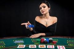 Προκλητική γυναίκα με τις κάρτες και τα τσιπ πόκερ Στοκ Φωτογραφίες