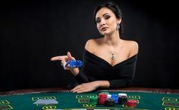 Προκλητική γυναίκα με τις κάρτες και τα τσιπ πόκερ Στοκ Φωτογραφία