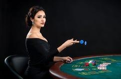 Προκλητική γυναίκα με τις κάρτες και τα τσιπ πόκερ Στοκ Εικόνα