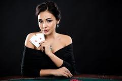 Προκλητική γυναίκα με τις κάρτες πόκερ Στοκ Φωτογραφία