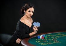 Προκλητική γυναίκα με τις κάρτες πόκερ Στοκ φωτογραφία με δικαίωμα ελεύθερης χρήσης