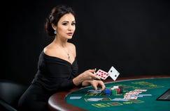 Προκλητική γυναίκα με τις κάρτες πόκερ Στοκ Εικόνες