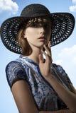 Προκλητική γυναίκα με το καλό καπέλο στοκ εικόνες