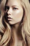 Προκλητική γυναίκα με το μοντέρνο hairstyle Στοκ Εικόνες