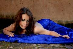 Προκλητική γυναίκα με το μπλε μετάξι στοκ φωτογραφία με δικαίωμα ελεύθερης χρήσης