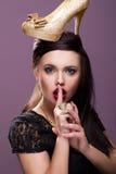 Προκλητική γυναίκα με το χρυσό παπούτσι Στοκ Εικόνα
