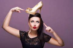 Προκλητική γυναίκα με το χρυσό παπούτσι Στοκ φωτογραφία με δικαίωμα ελεύθερης χρήσης
