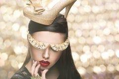 Προκλητική γυναίκα με το χρυσό παπούτσι Στοκ Φωτογραφία