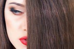 Προκλητική γυναίκα με το όμορφο υπόβαθρο makeup και τρίχας Στοκ εικόνα με δικαίωμα ελεύθερης χρήσης