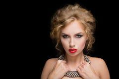 Προκλητική γυναίκα πορτρέτου με τα κόκκινα χείλια Στο λαιμό στοκ εικόνα