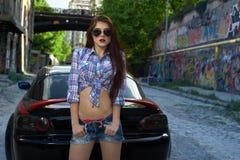 Προκλητική γυναίκα που οδηγεί ένα αυτοκίνητο στοκ εικόνες