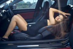 Προκλητική γυναίκα που οδηγεί ένα αυτοκίνητο στοκ εικόνες με δικαίωμα ελεύθερης χρήσης