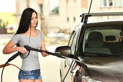Προκλητική γυναίκα που πλένει το χαμόγελο αυτοκινήτων Στοκ εικόνες με δικαίωμα ελεύθερης χρήσης