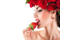 Προκλητική γυναίκα που τρώει τη φράουλα Στοκ Εικόνες