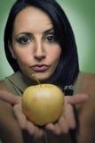 Προκλητική γυναίκα που φιλά ένα μήλο στοκ φωτογραφίες με δικαίωμα ελεύθερης χρήσης