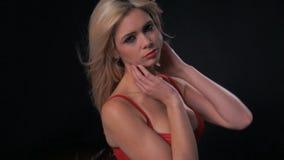 Προκλητική γυναίκα που φορά κόκκινο lingerie απόθεμα βίντεο