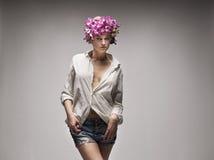 Προκλητική γυναίκα που φορά τα άσπρα σορτς πουκάμισων και τζιν Στοκ εικόνες με δικαίωμα ελεύθερης χρήσης