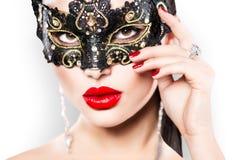 Προκλητική γυναίκα που φορά τη μάσκα καρναβαλιού Στοκ Φωτογραφία