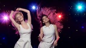 Προκλητική γυναίκα που χορεύει μαζί μπροστά από τα φω'τα ύφους disco απόθεμα βίντεο
