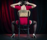 Προκλητική γυναίκα που χορεύει στη σκηνή Στοκ Φωτογραφίες