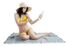 Προκλητική γυναίκα που χρησιμοποιεί την κρέμα ήλιων Στοκ εικόνες με δικαίωμα ελεύθερης χρήσης