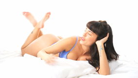 Προκλητική γυναίκα που χρησιμοποιεί το κινητό τηλέφωνο στην κρεβατοκάμαρά της απόθεμα βίντεο